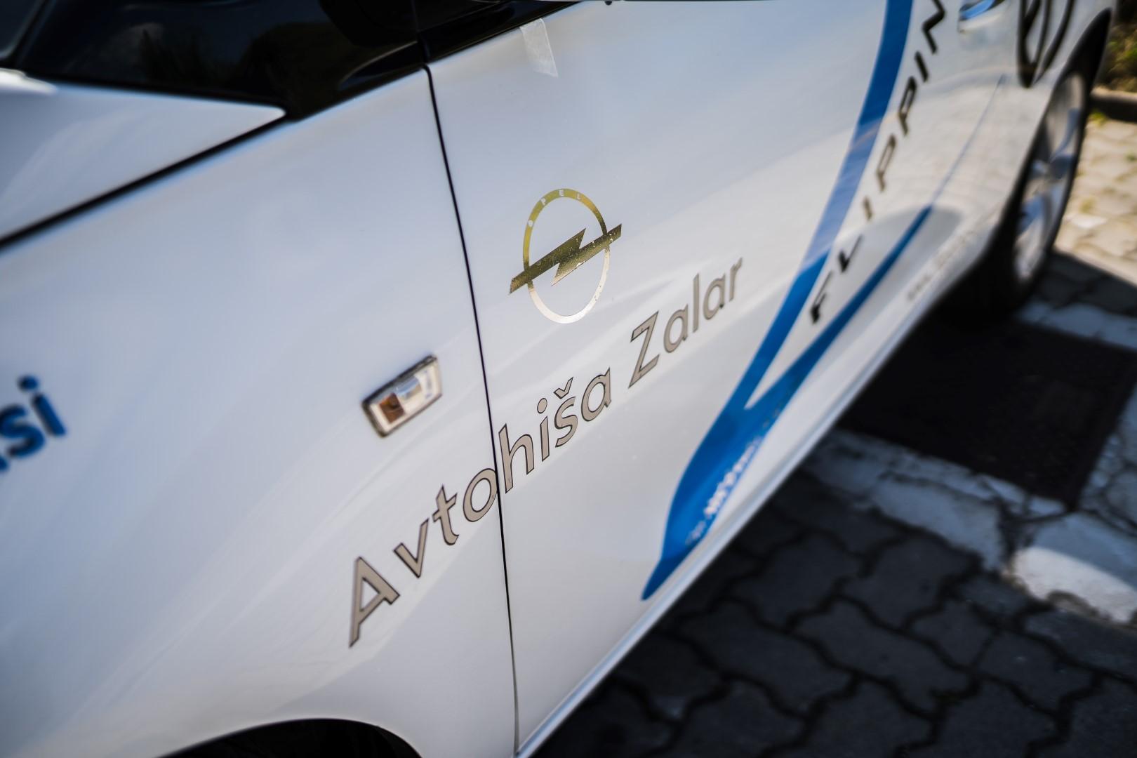 avtohisa-zalar-flipping-art-z-roko-v-roki-opel-adam-tim-nuc-luka-avgustin-simona-zalar-ciril-sponzorsko-vozilo (2)